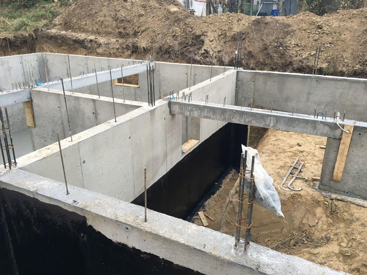 Décoffrage des murs du vide-sanitaire et mise en place des sous-poutres. <br /> Enduit bitumeux fini