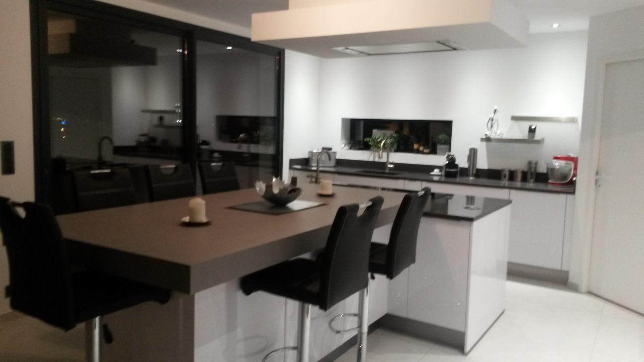 photo cuisine am nag e avec ilot central avec plaque. Black Bedroom Furniture Sets. Home Design Ideas