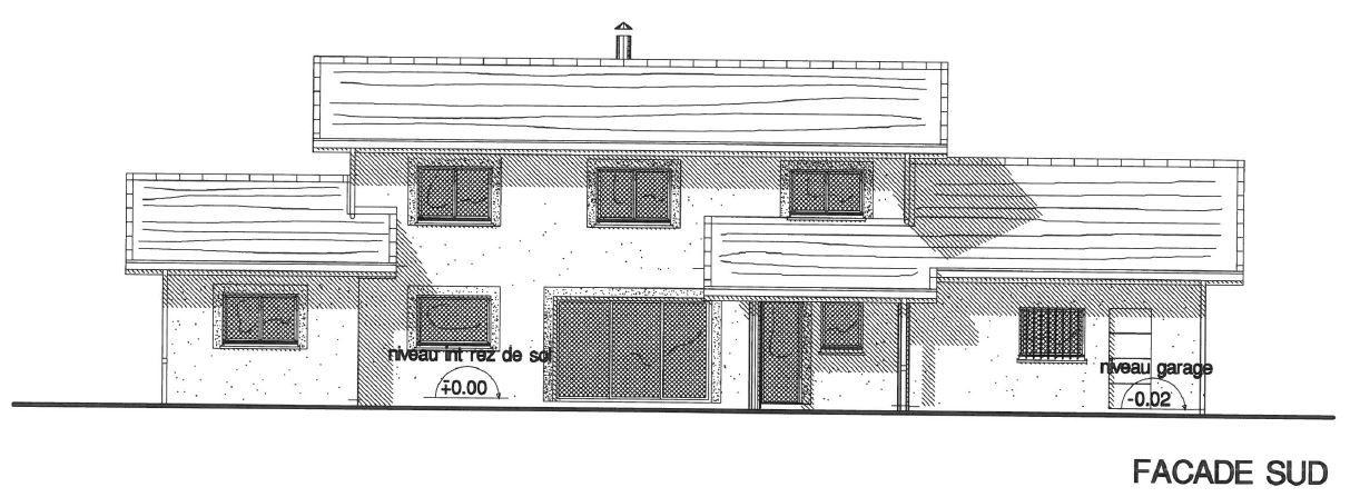 Vue de la façade sud avec garage à droite et suite parentale à gauche. Au centre, grande baie vitrée du séjour et porte de cuisine qui donne sur une terrasse couverte. <br /> A l'étage, les fenêtres des 3 chambres