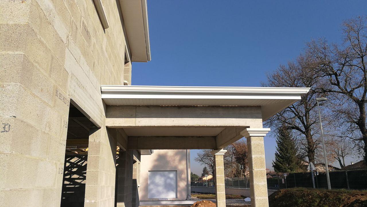 les gouttières sont posées sur l'avancée de toit à l'arrière de la maison