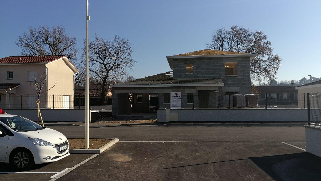 maison vue du parking du lotissement, elle commence à prendre forme!