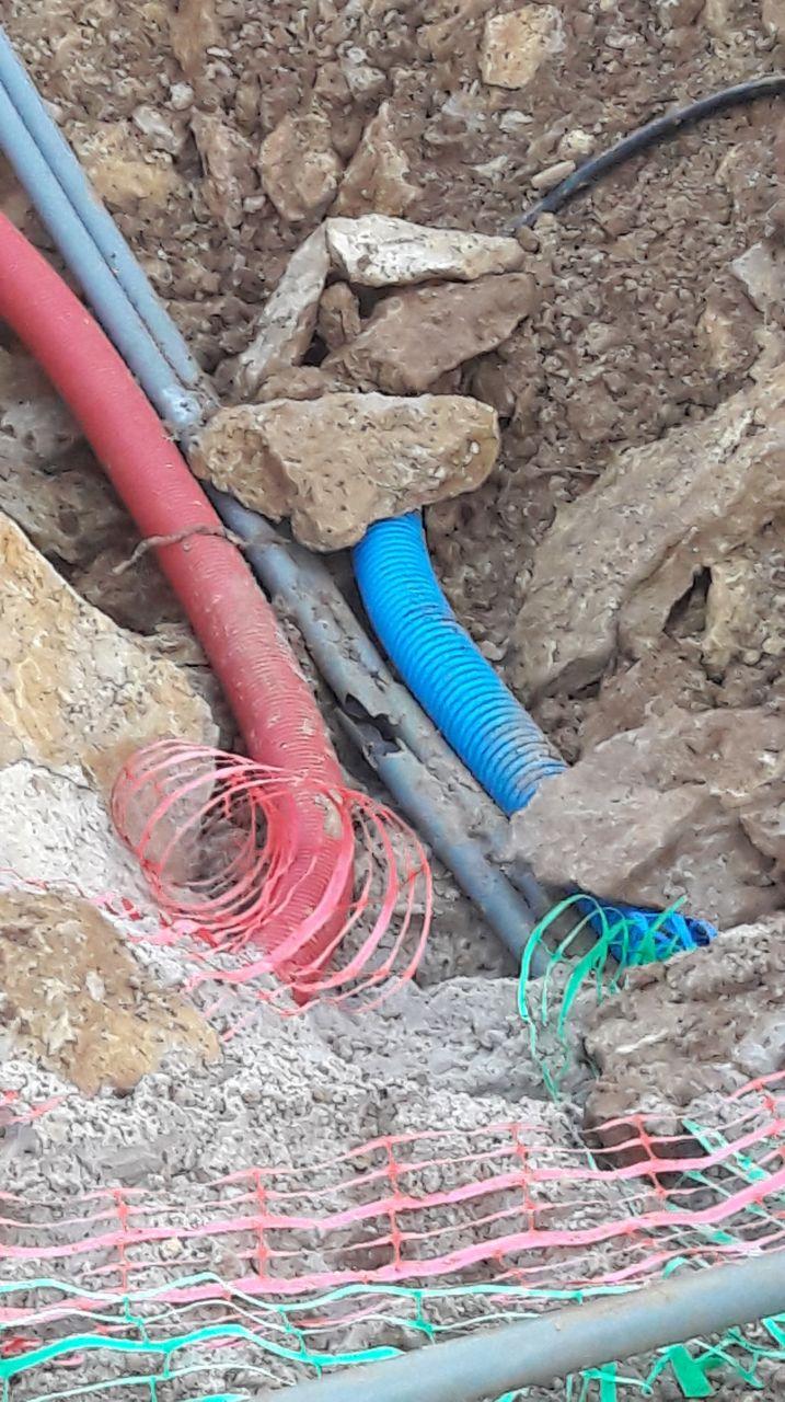 9 décembre, voilà une photo des tuyaux juste à l'entrée de notre terrain. L'un des tuyaux gris est cassé, nous avons envoyé un mail au lotisseur avec photo à l'appui pour lui demander de le changer.