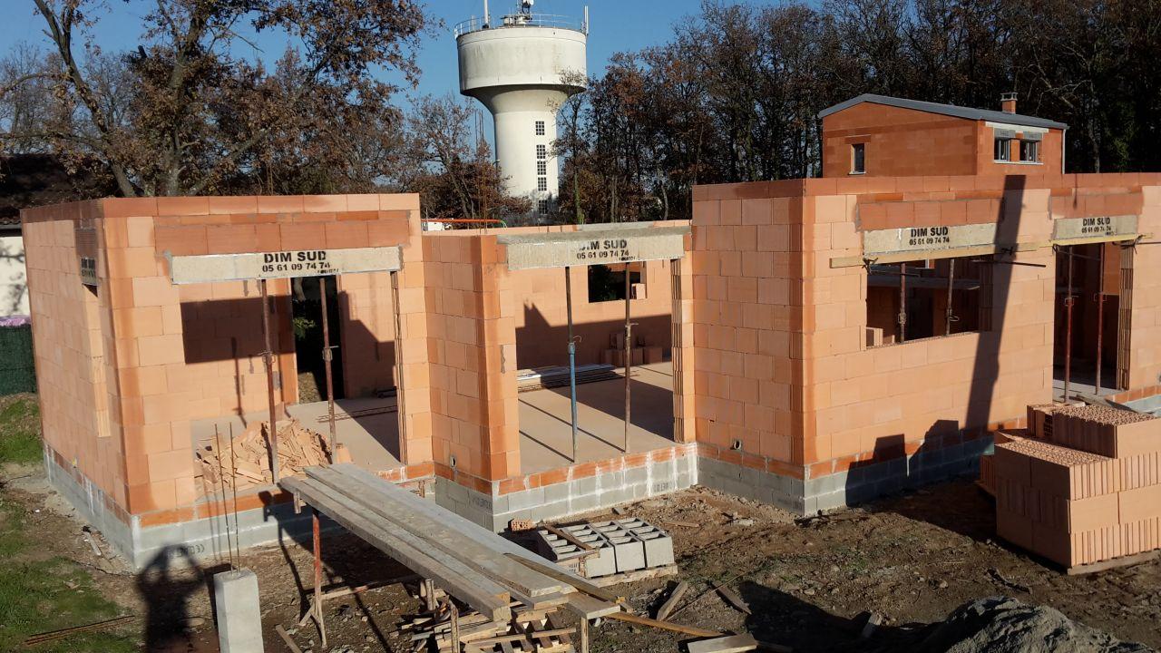 Elévation des murs - Jour 5 <br /> Maison vue du côté ouest :  <br /> de gauche à droite : baie vitrée salon TV, baie vitrée salle à manger, fenêtre cuisine et baie vitrée de notre chambre <br /> On voit à gauche en bas le plot du coin du auvent de notre future terrasse