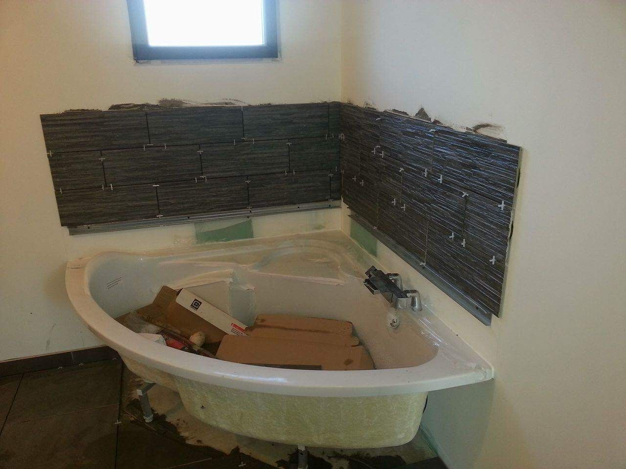 La Faience de la baignoire prend forme.