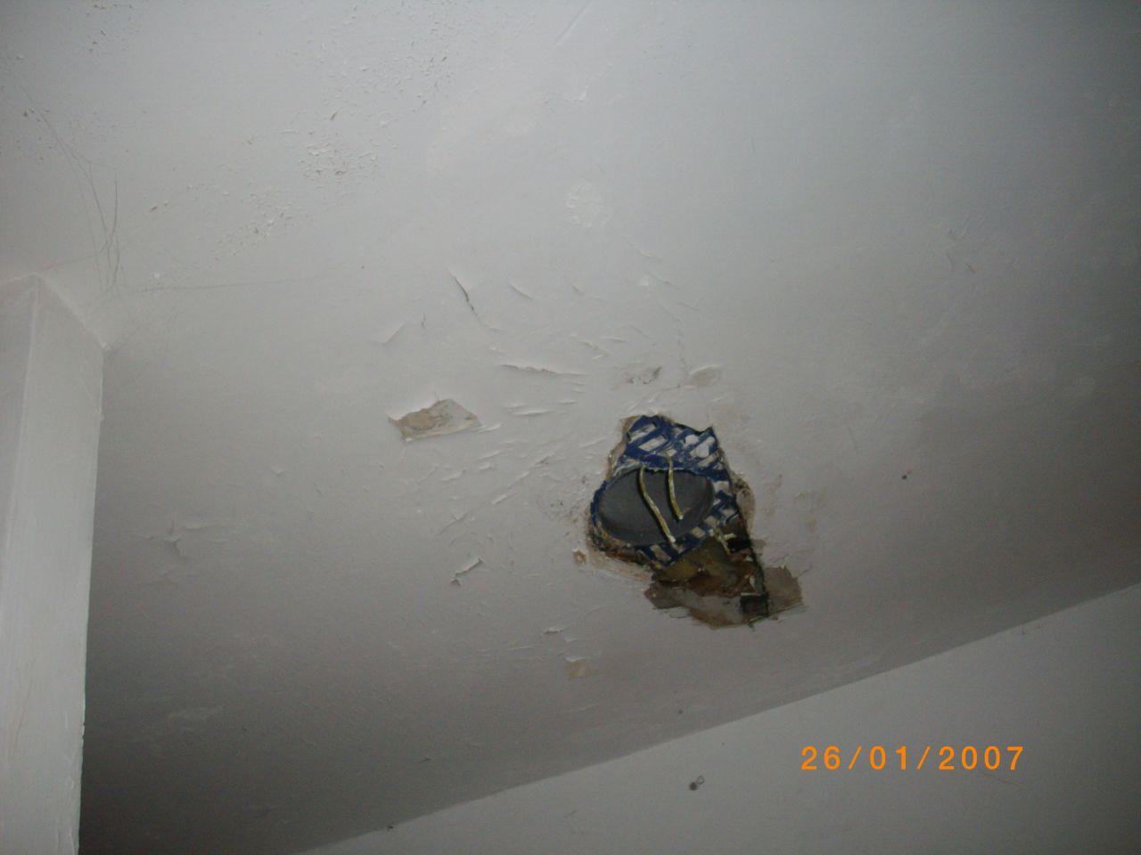 la c'est le plafond,il est pourri, noir