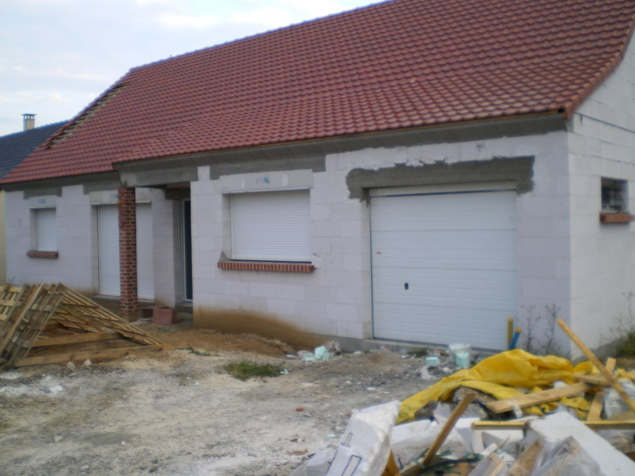 Façade sud avec le linteau du garage retouché.