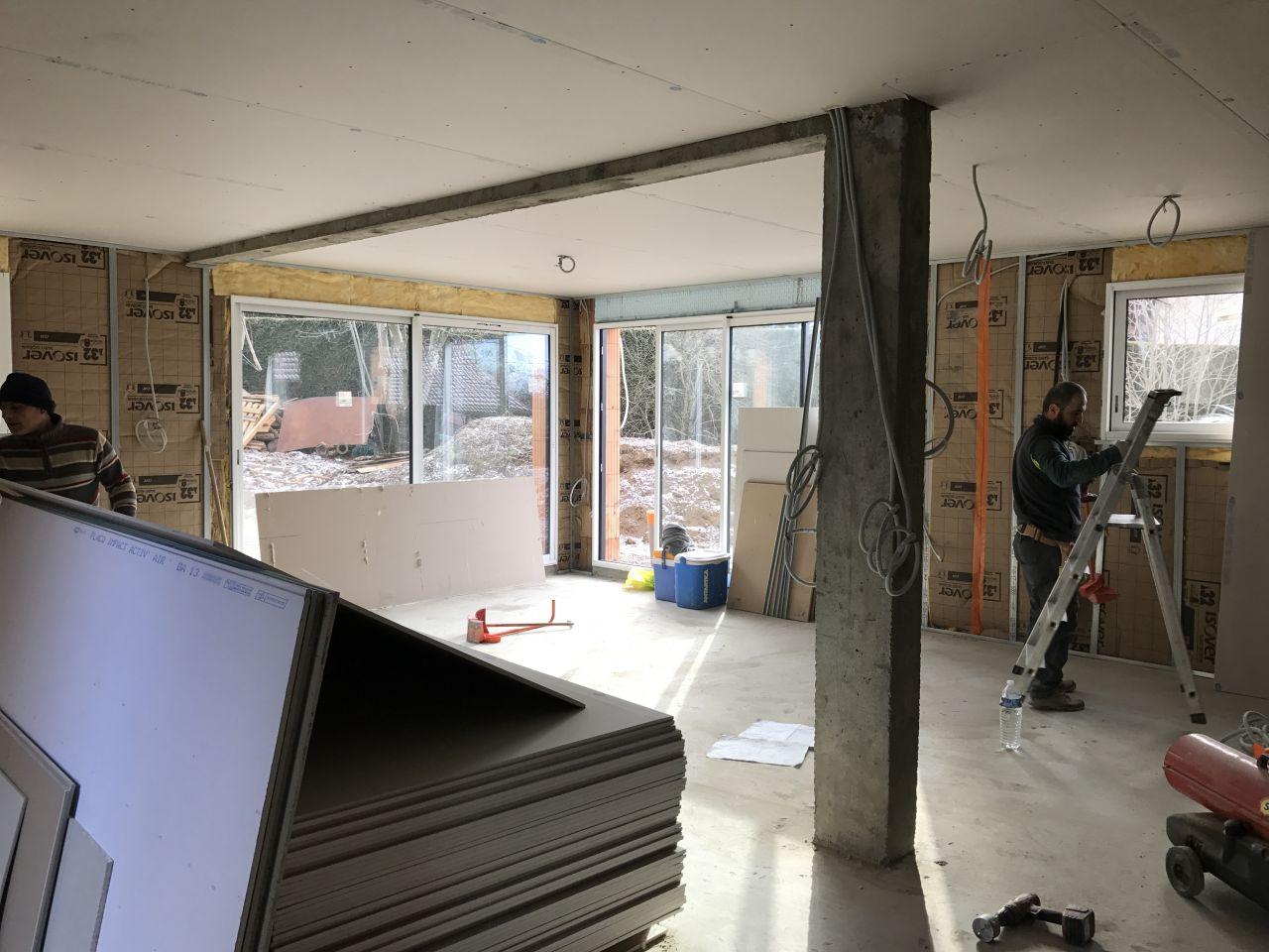 Plafond de la pièce de vie plaqué et isolant posé