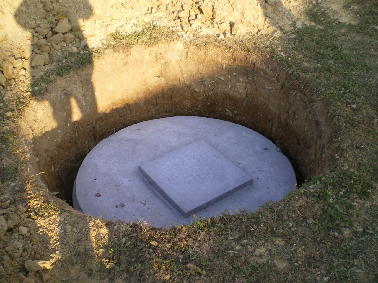La cuve dans son trou de 260 cm de profondeur avnt la pose de la rehausse et du collecteur.