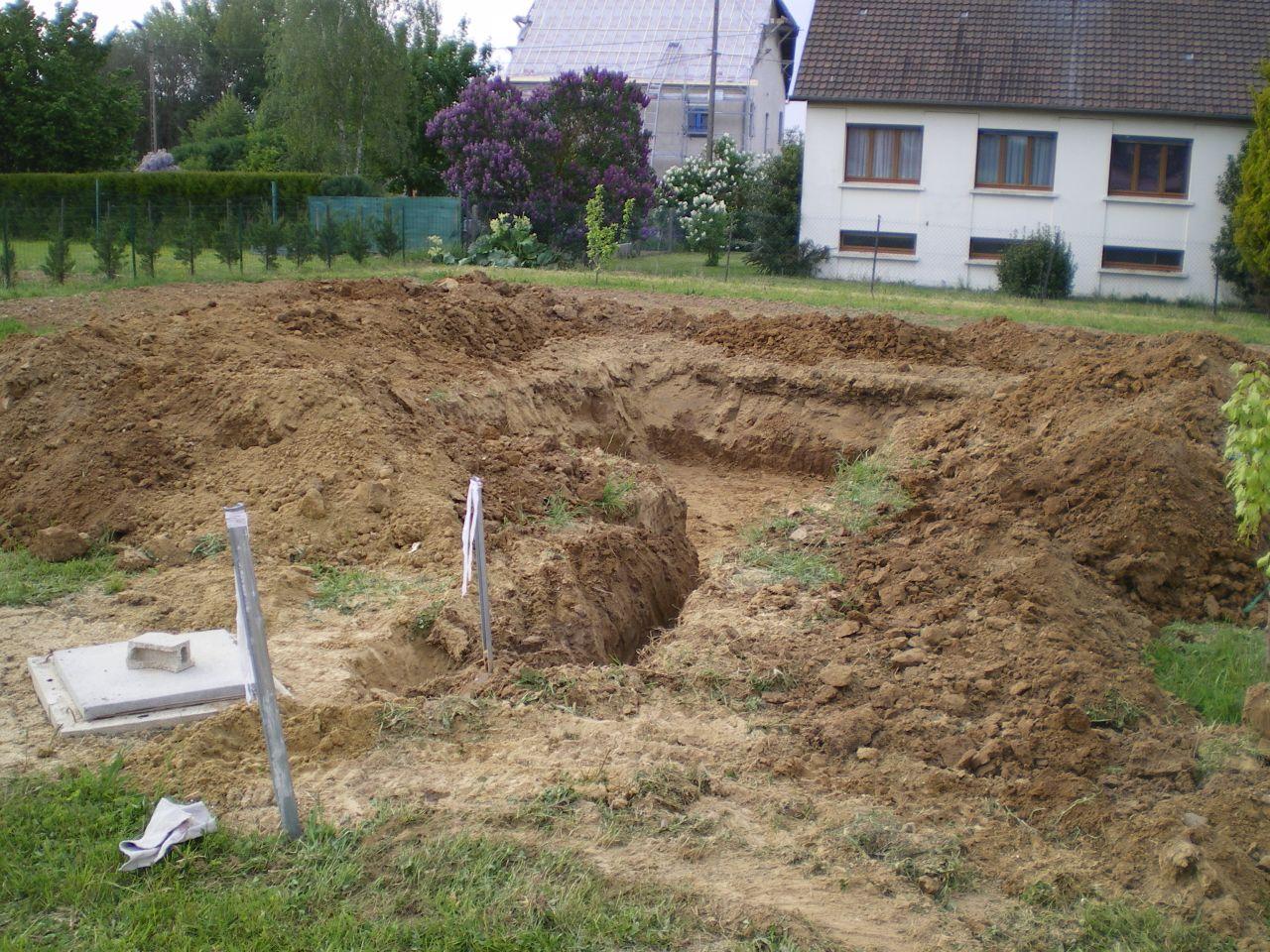 La cuve et le terrassement ou sera installé les drains servant au trop plein.