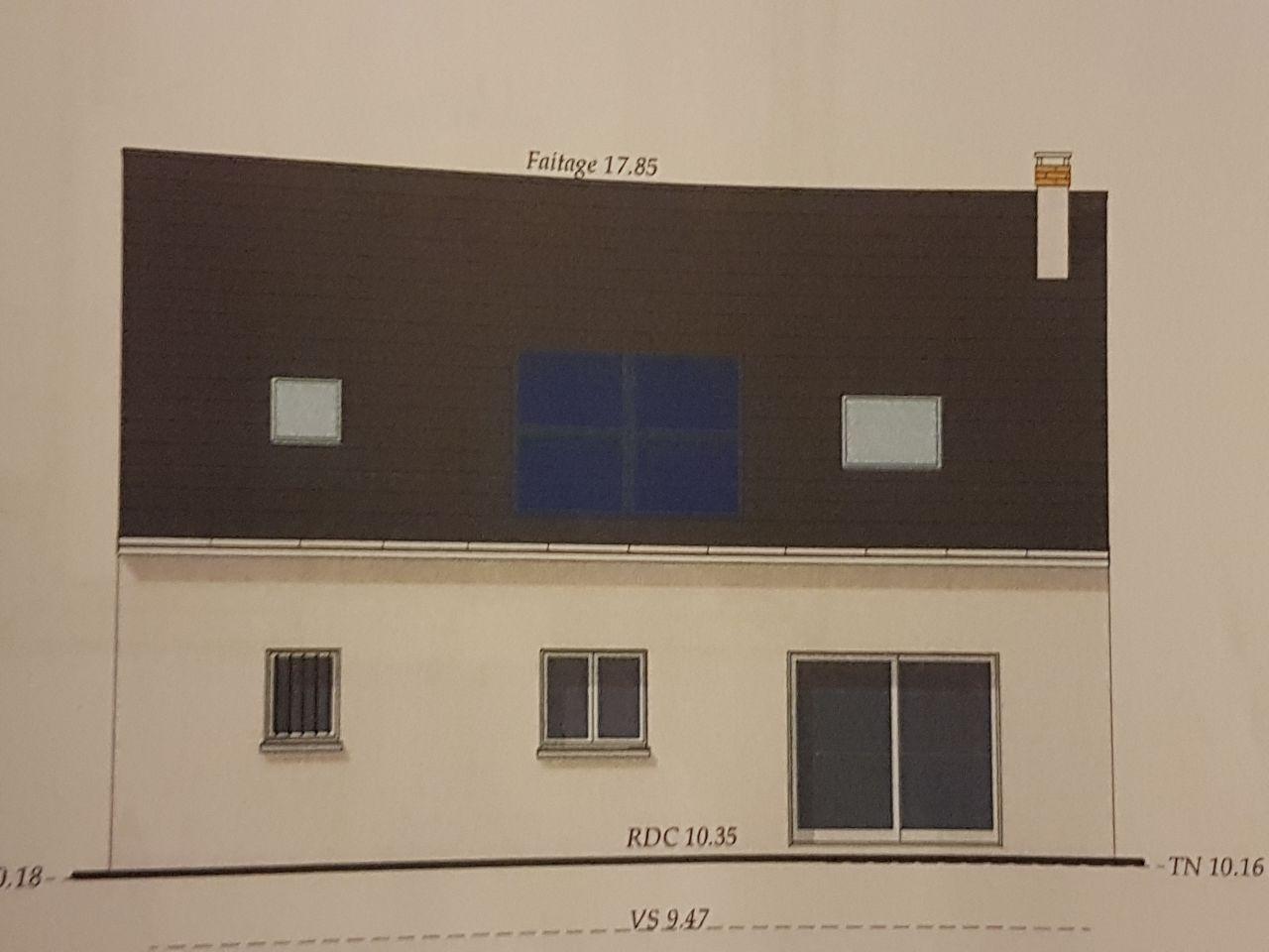 façade arrière avec panneaux photovoltaïques couplés à la chaudière au gaz.