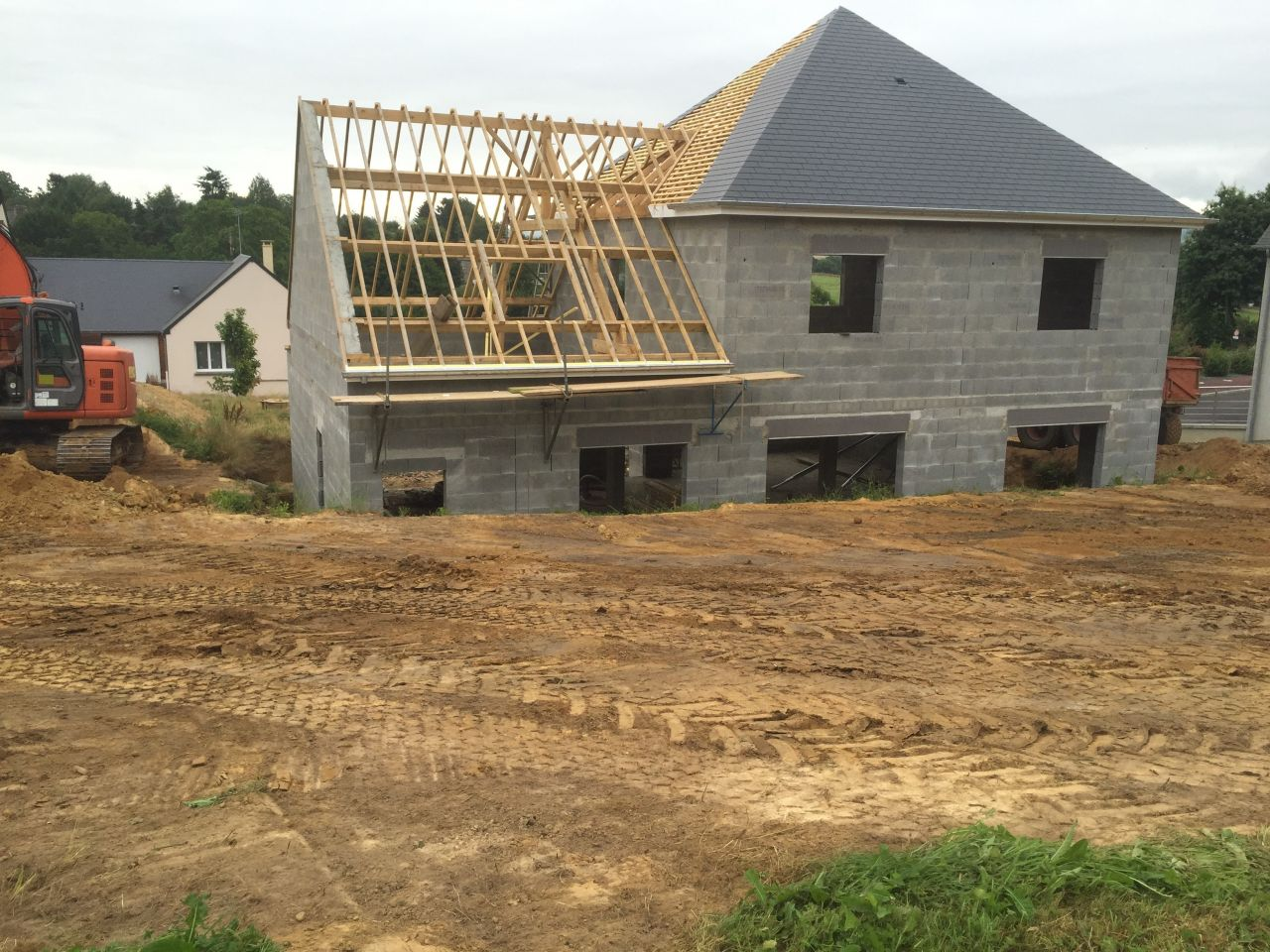 La couverture continue, et le terrassement débute autour de la maison !