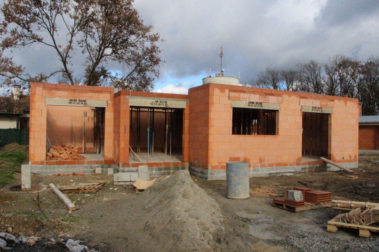 Début de la construction du plancher de l'étage  <br /> - Maison vue de devant