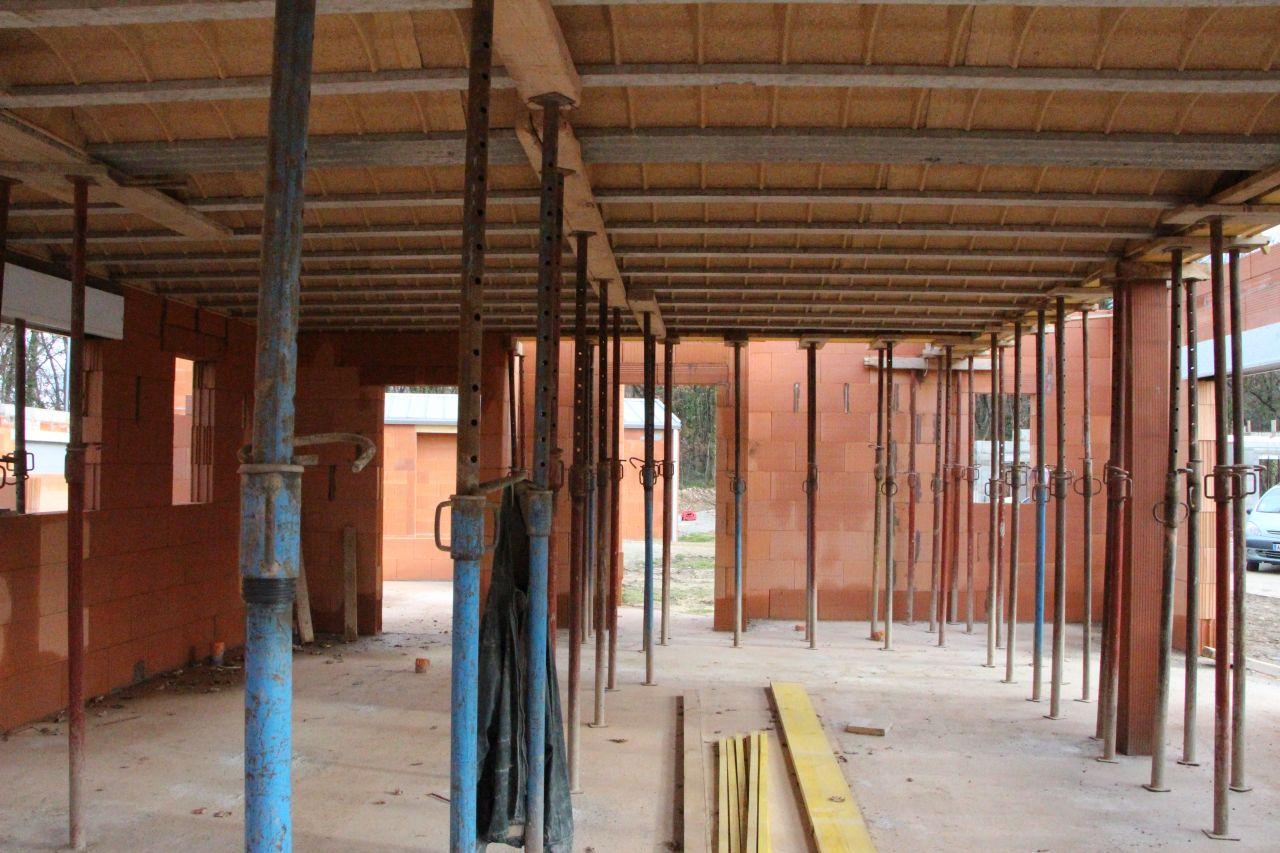 Plancher vu du dessous : on voit au fond la porte pour le cellier/garage à gauche, au milieu la porte d'entrée et à droite au fond notre salle d'eau et chambre;