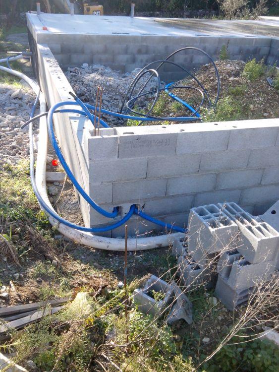 Pose des gaines d'alimentation en eau et du drain périphérique