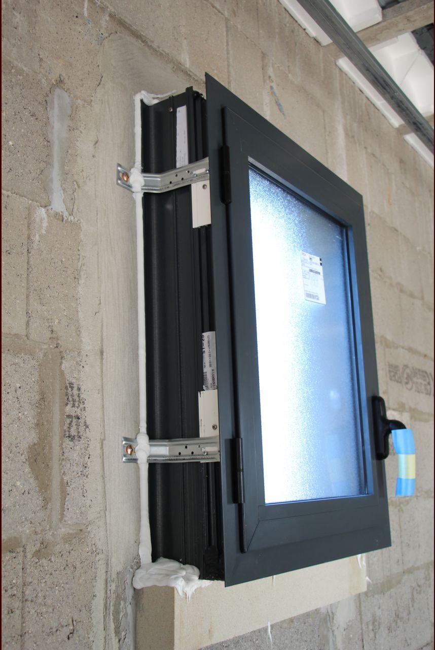 Exemple de finition silicone de la fenêtre du cellier