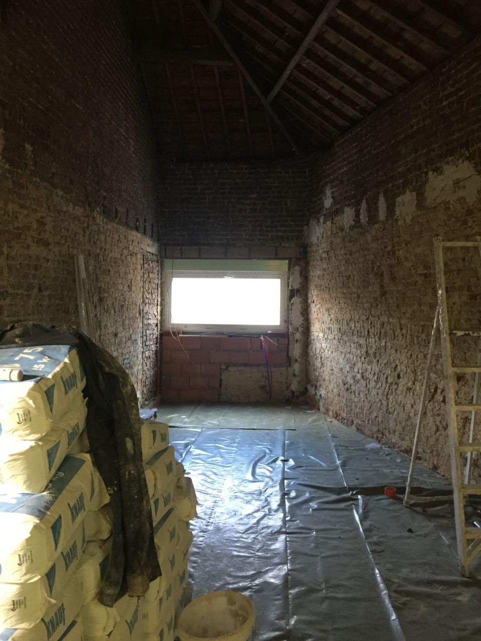 L'annexe est carrelée, on a recouvert le sol d'une bâche de protection pour pouvoir plafonner proprement. <br /> Je voulais garder les briques en l'état mais certaines parties sont abîmées et irrécupérables, on va donc plafonner.