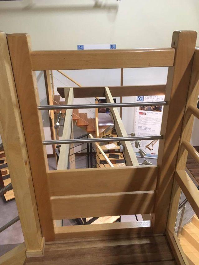 Les gardes corps passerelle et mezzanine, la partie basse en bois sera dans le futur remplacée par un panneau en verre