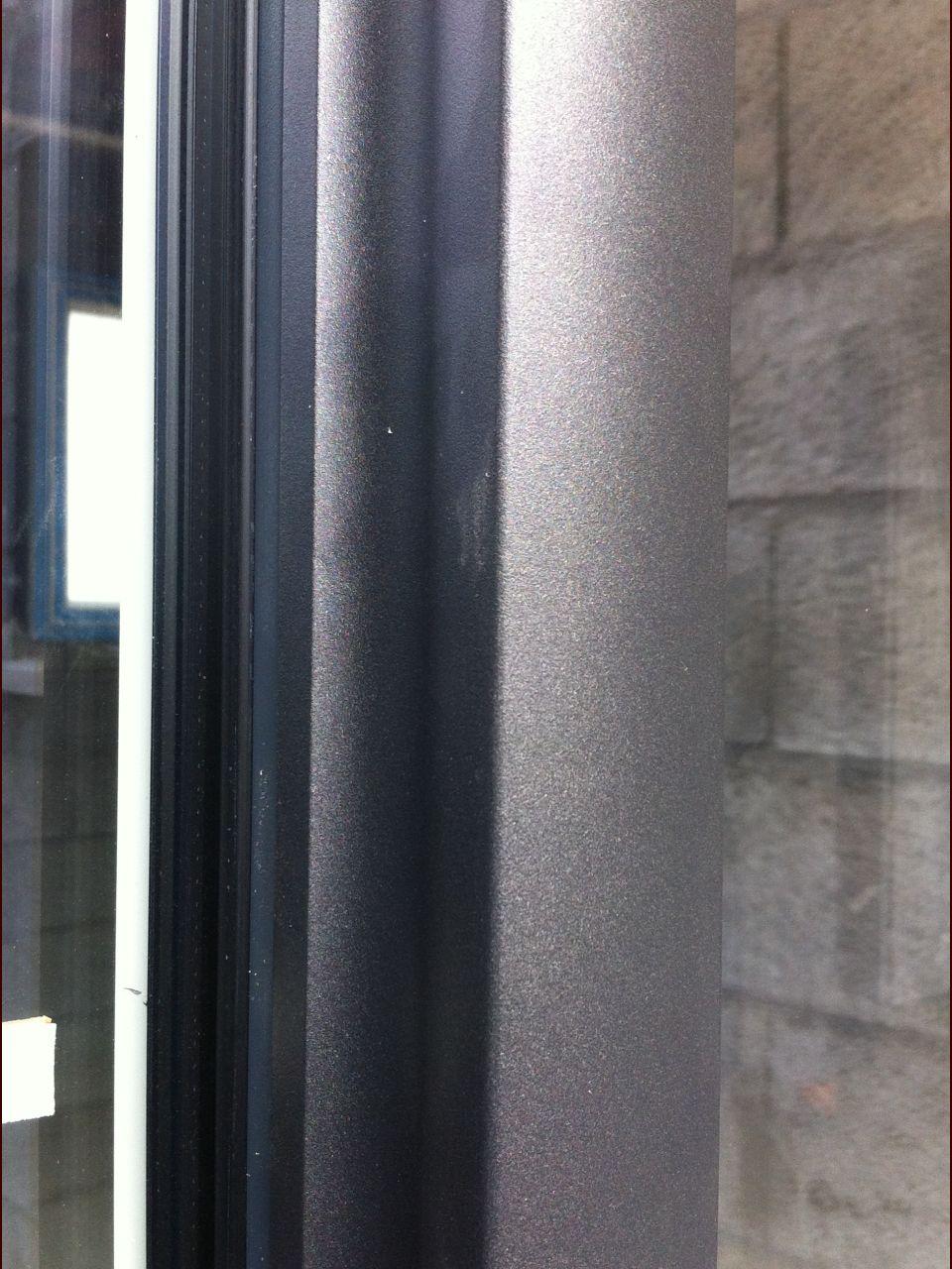 Fenetre chambre étage : Finition : une bordure arrondie, qui différe des bordures rectangulaires des autres fenêtres