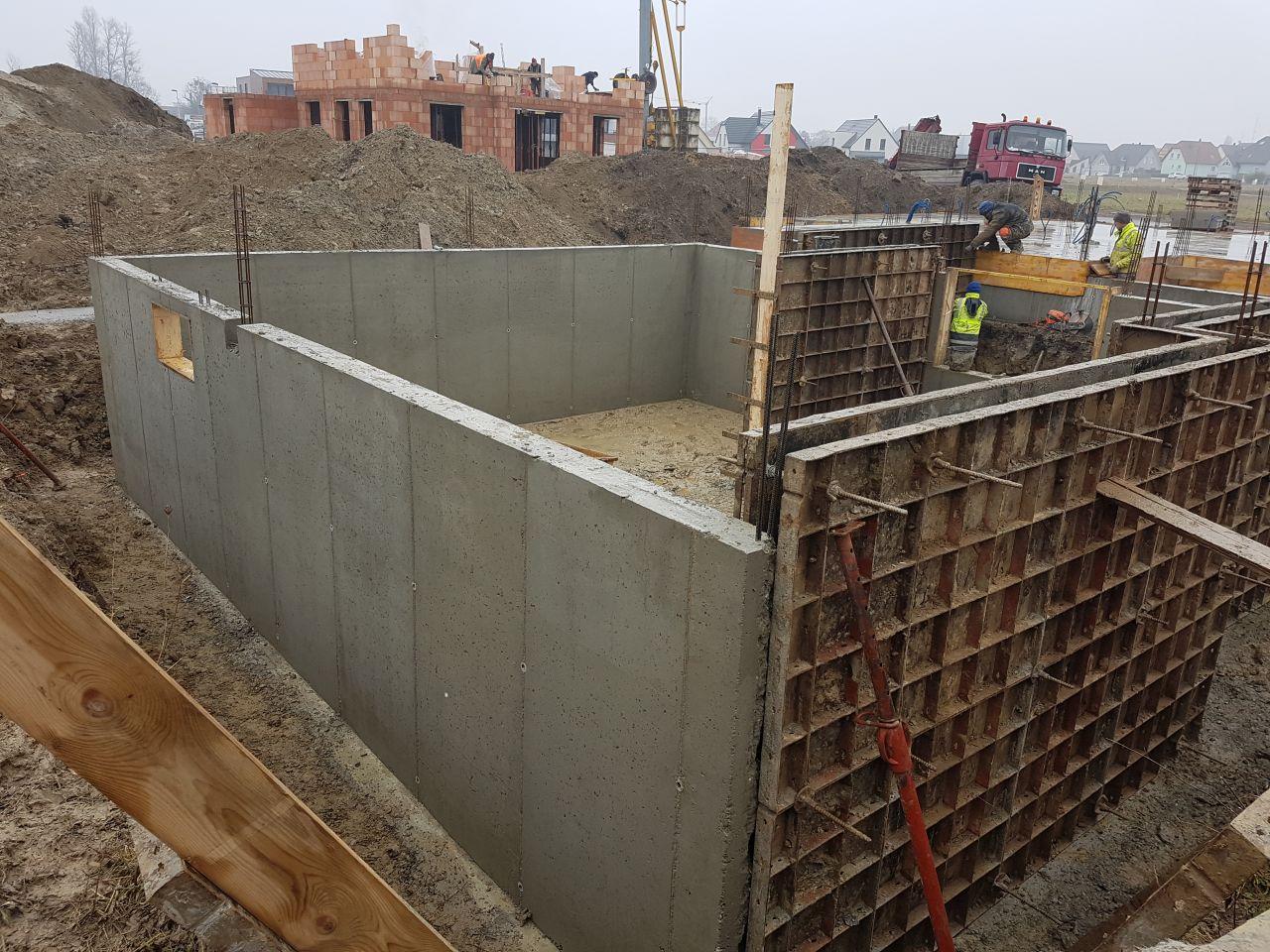 Une partie des murs de fondation ont été décoffrées
