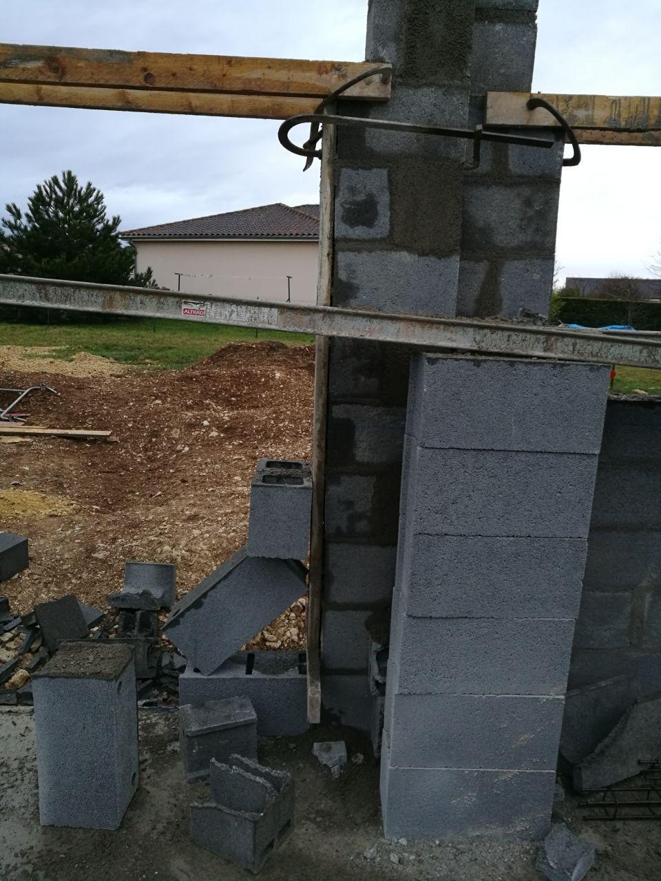 4ème jour d'élévation des murs. <br /> Mur coté terrasse.. Les murs de la baie vitrée qui tient avec les parpaings ..
