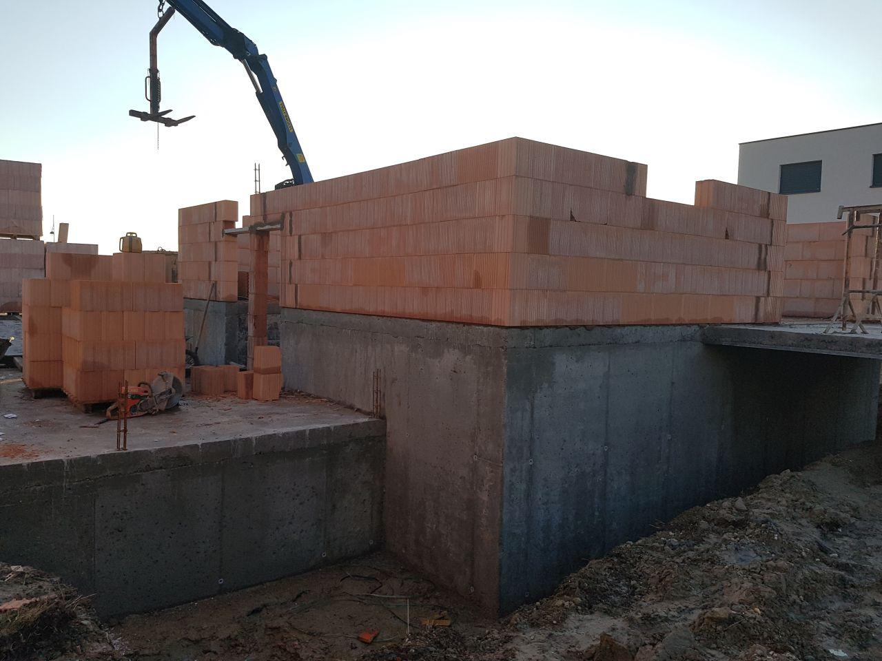 L'élévation des murs a démarré comme prévu ce matin. A gauche, c'est le garage