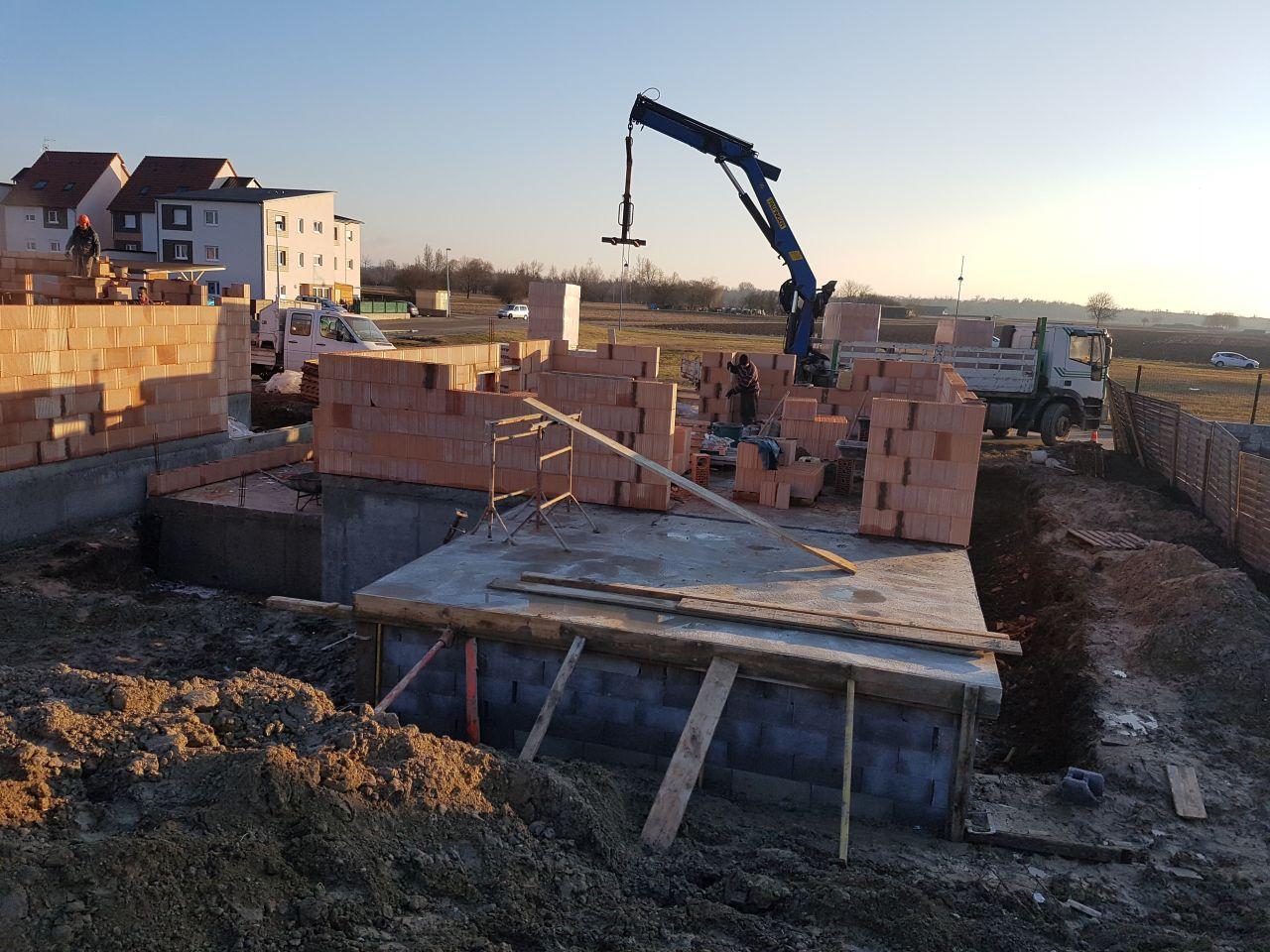 L'élévation des murs a démarré comme prévu ce matin. Vue côté jardin