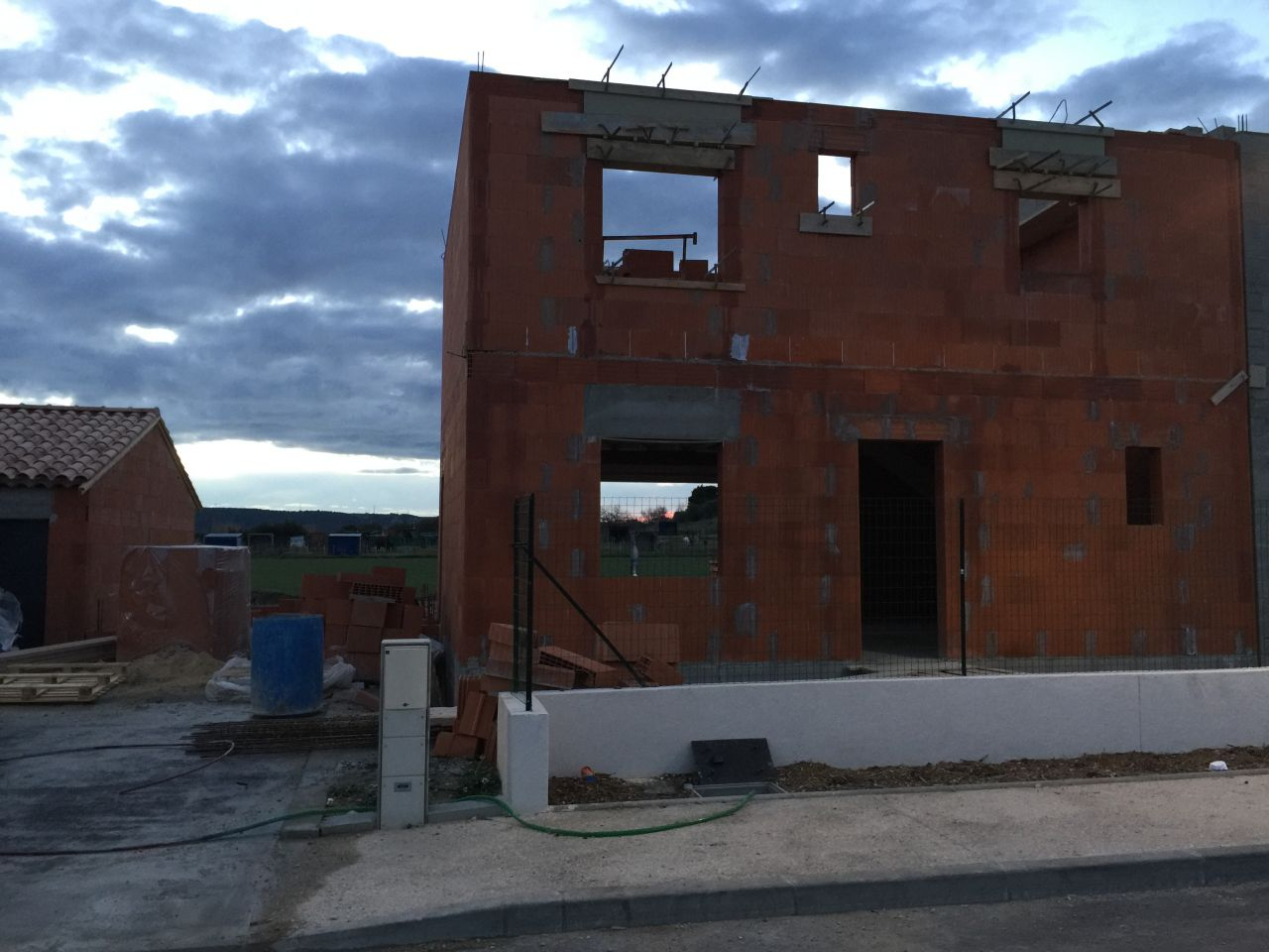 Vu de la maison 'montée' côté est. On peut voir la future entrée de la maison et à gauche il y aura le garage.