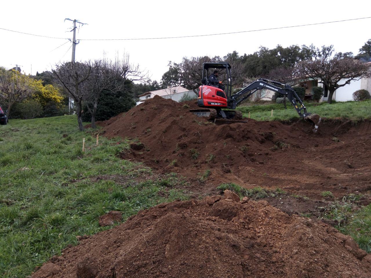 début du terrassement du plateau de la maison, coté sud, il y a une belle terre végétale.