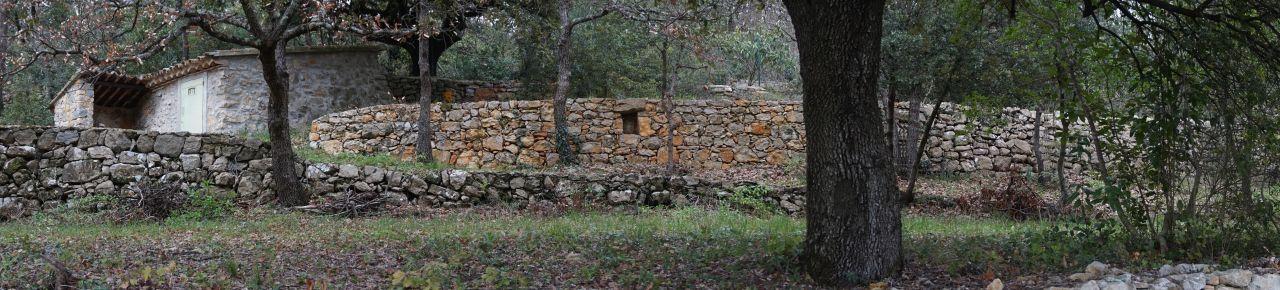 Panoramique du petit abris jardin tout en pierres