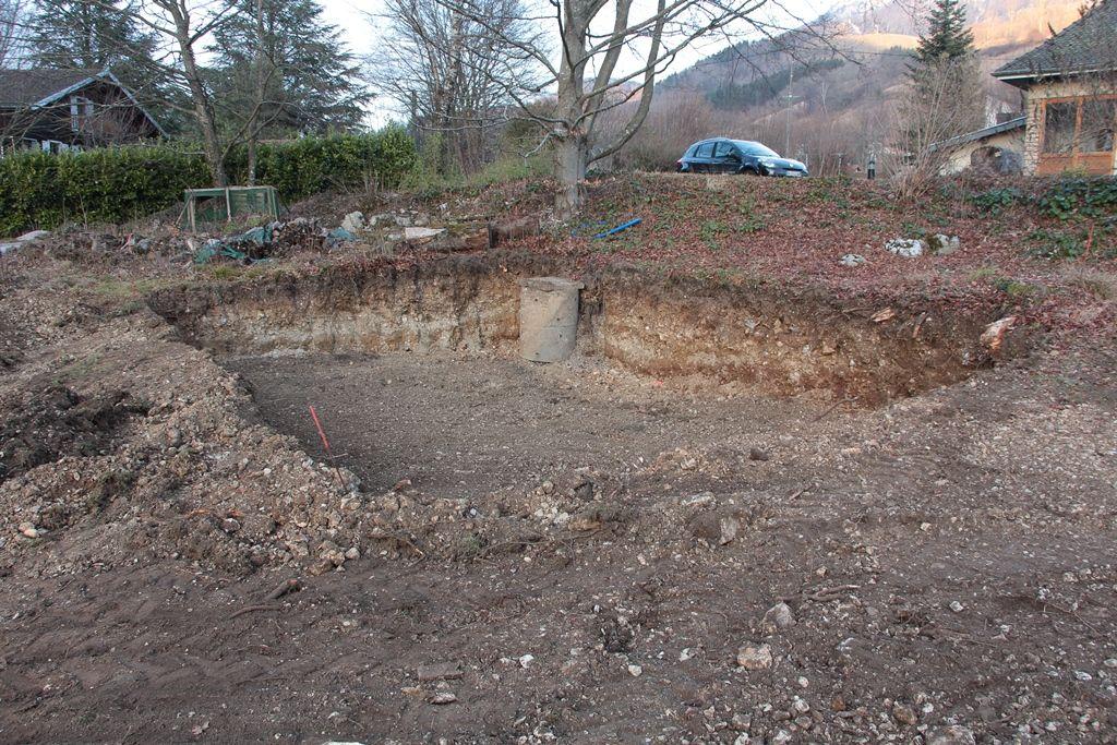"""Terrassement en cours après une première journée et première surprise : un puits perdu """"oublié"""""""