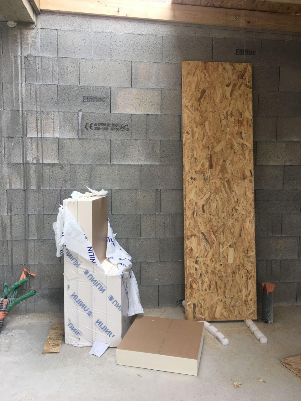 POSE DU TOIT PLAT : <br />  <br /> Pose des PANNEAU OSB 18 mm sur les rives en bois <br />  <br /> puis mise en place d'un isolant thermique en polyréthane epaisseur 120mm