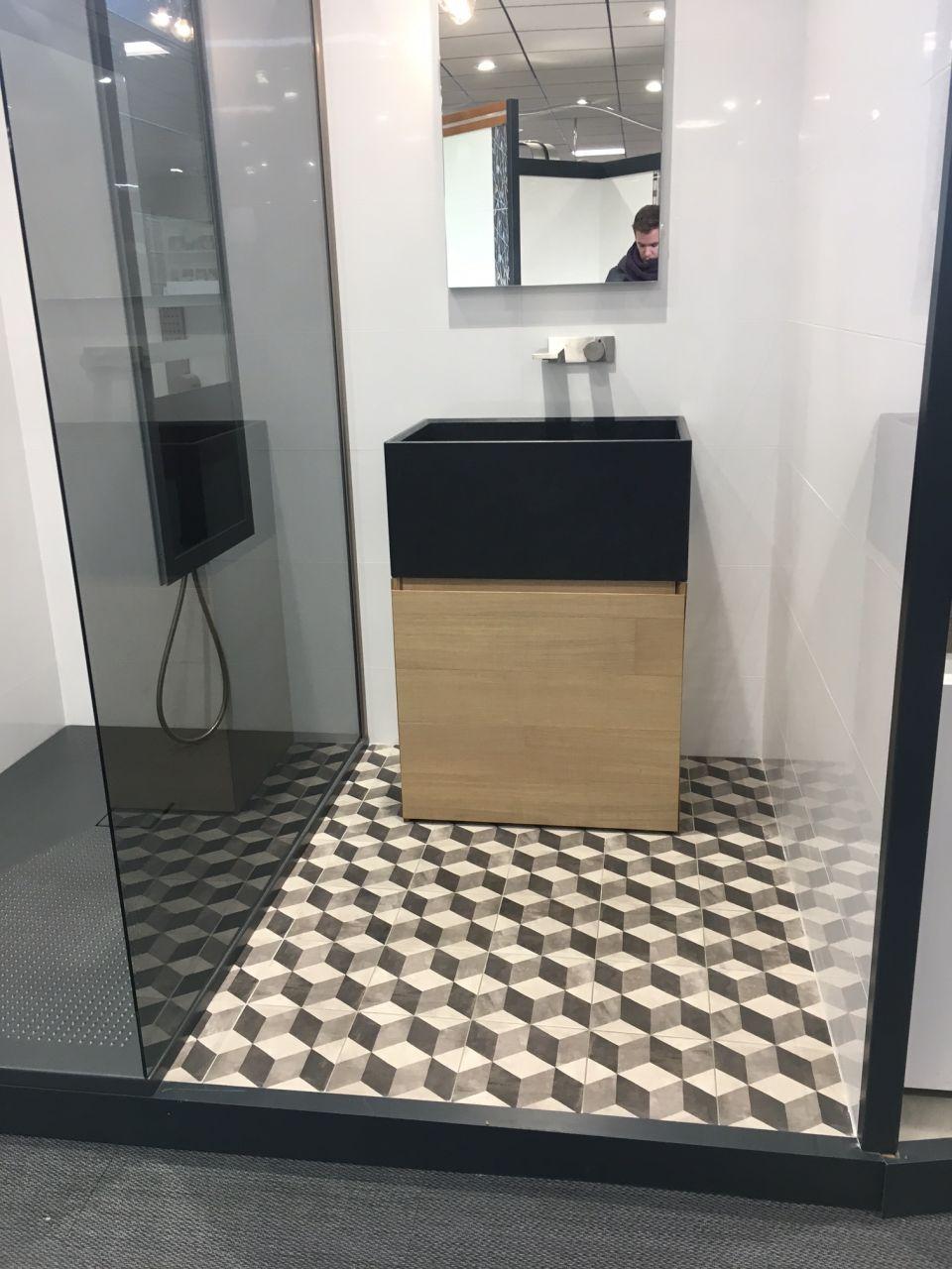 Voici à quoi va ressembler la salle de bain dans notre suite parentale <br />  <br /> Carreaux ciment au sol imitation carre <br />  <br /> et faience carreau 60*30 blanc brillant