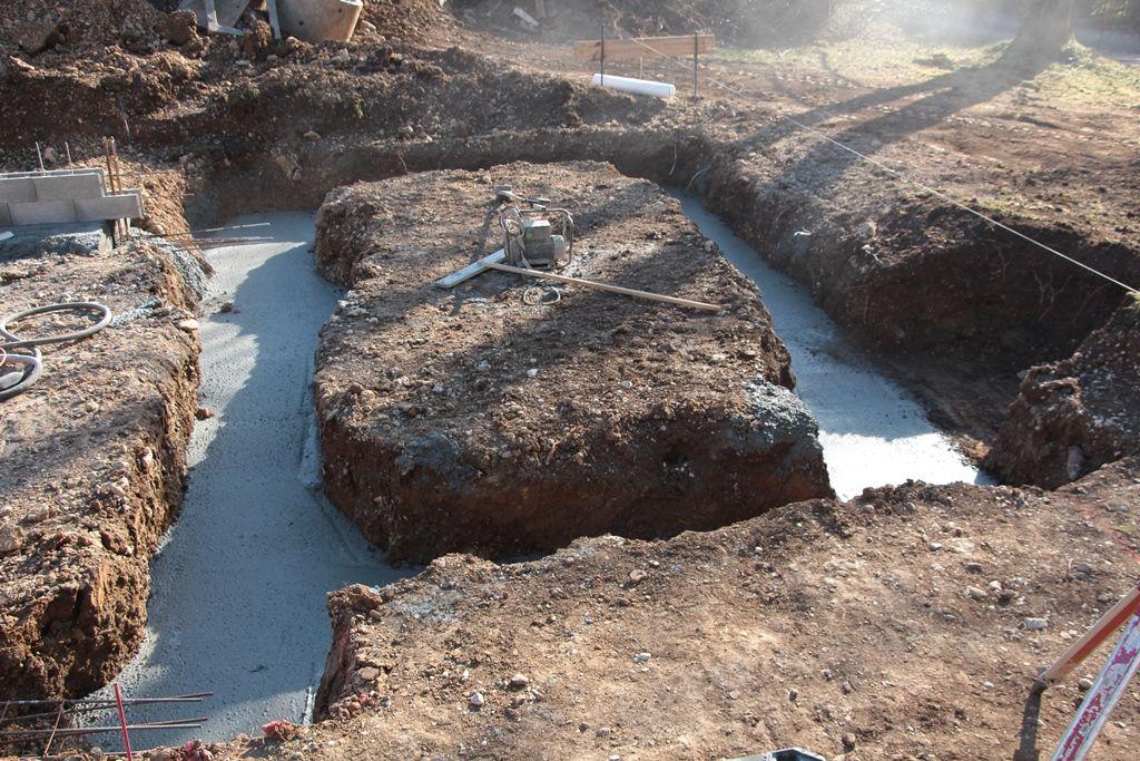 Fondations coté suite parentale / gros béton au fond de la tranchée avant le démarrage du vide sanitaire