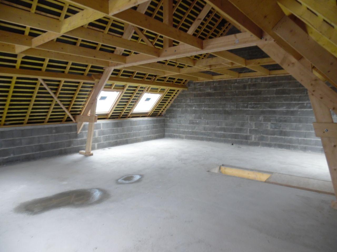 L'étage avec velux salle de bain et une petite chambre.