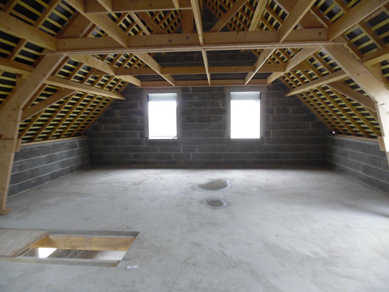 L'étage avec les fenêtres des deux plus grandes chambres.