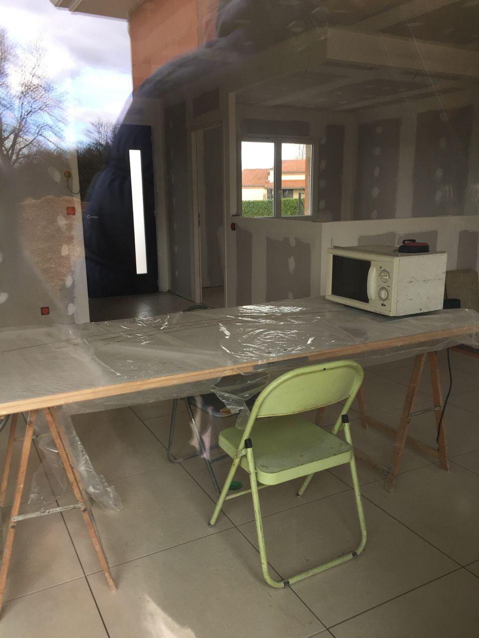 Grrrr... la porte gravée qui sert de table à manger !!!! Pas content du tout là! <br /> CDT averti !