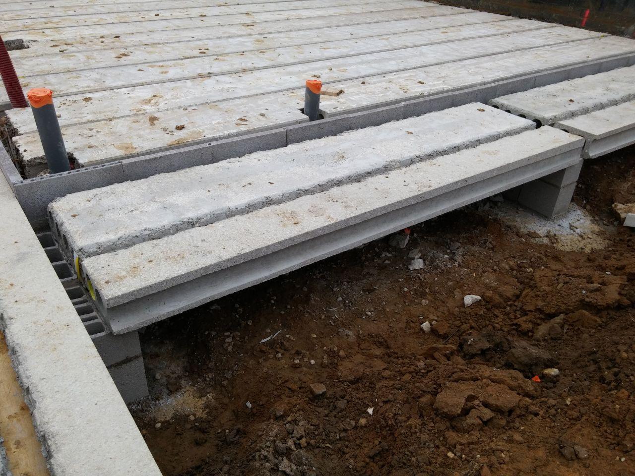 petit chemin de la terrasse vers le garage sur vides sanitaires