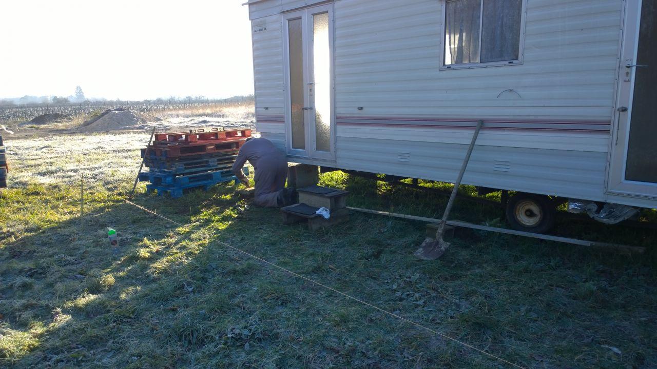 construction de la terrasse du mobilhome par Jérôme et mon père, pour agrandir l'espace
