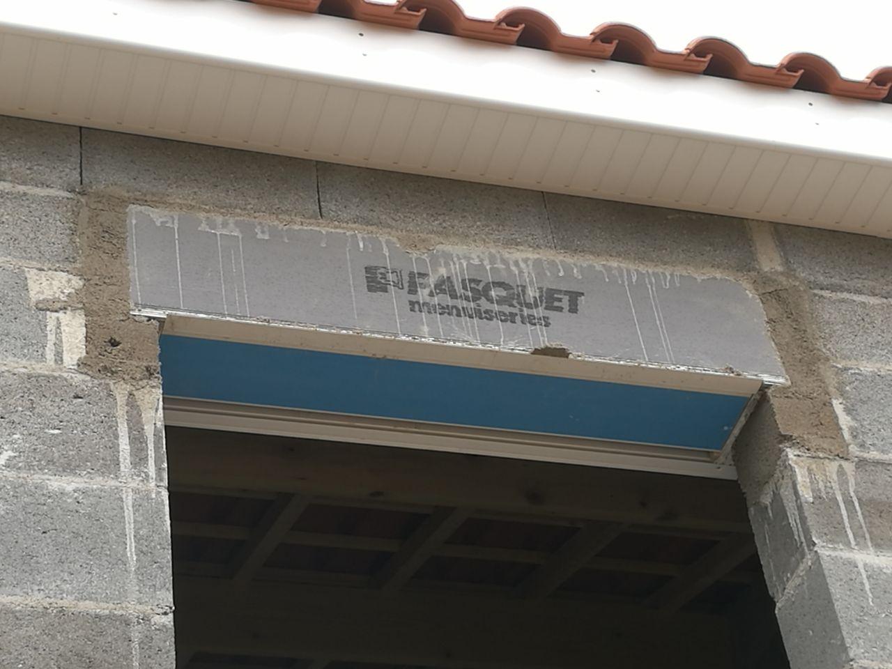 Les coffrets de Volets Roulants ont été rehaussé de 12 cm à l'étage. <br /> Notre conducteur des travaux à réagit rapidement.