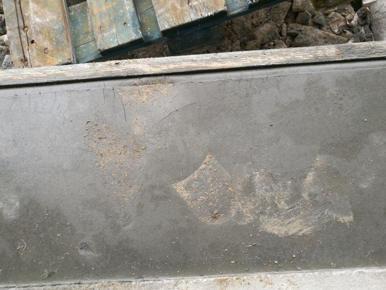 Belle marque de pas sur le seuil du garage..