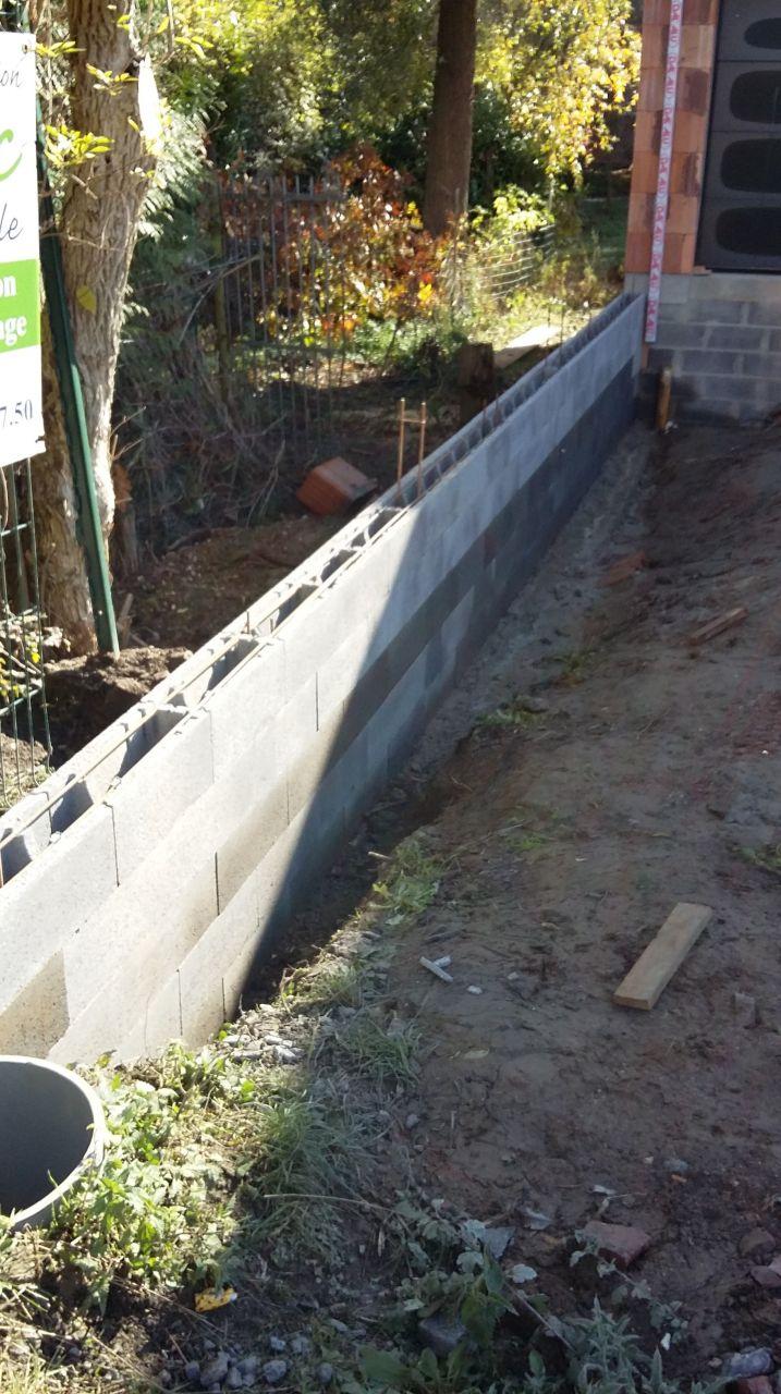 Montage du mur de soutènement en limite de propriété