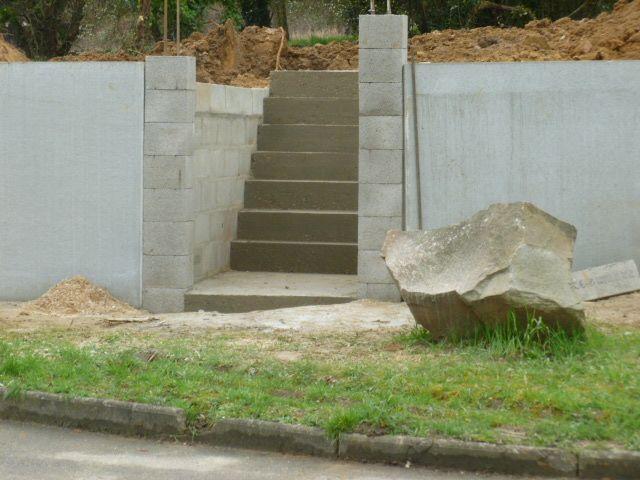 Escaliers et mur de soutènement