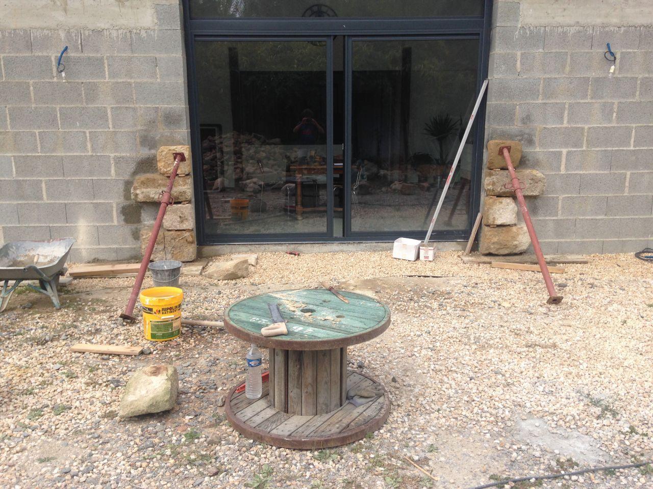 Sciage des pierres à 12cm de profondeur pour les coller avec un mortier de chaux sur les parpaings