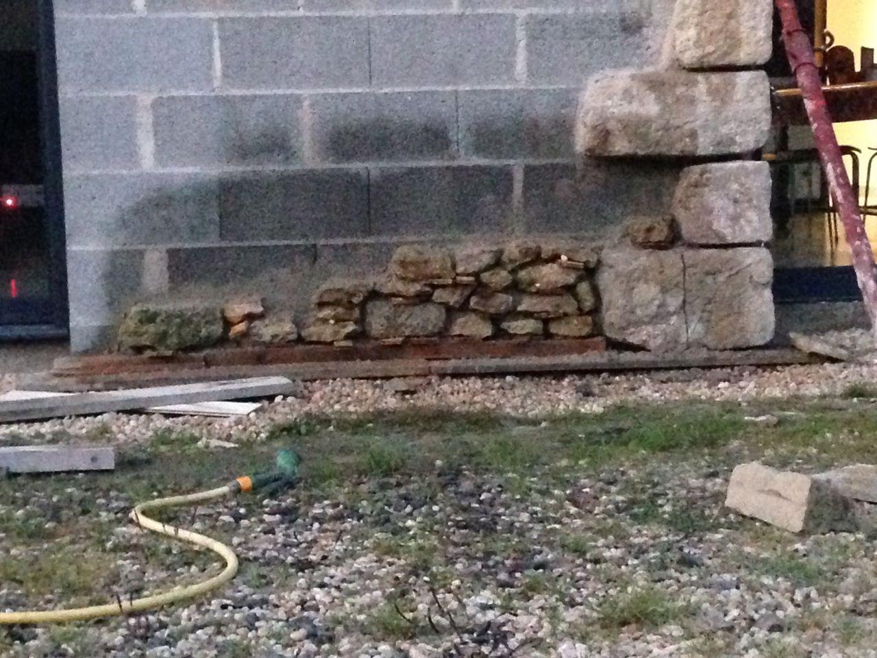 Découpe des pierres à 7 cm de profondeur puis collage une à une. <br /> Petit jeux de patience !