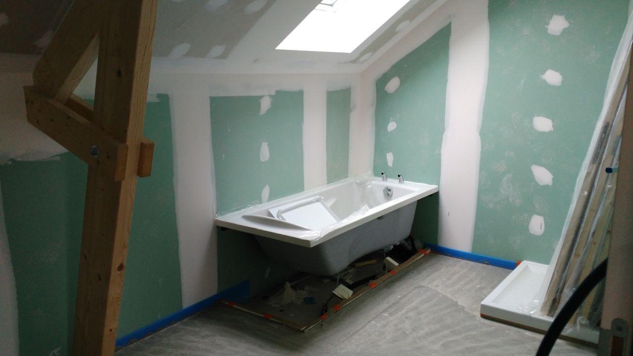 Salle de bain étage - pose de la baignoire et du receveur de douche