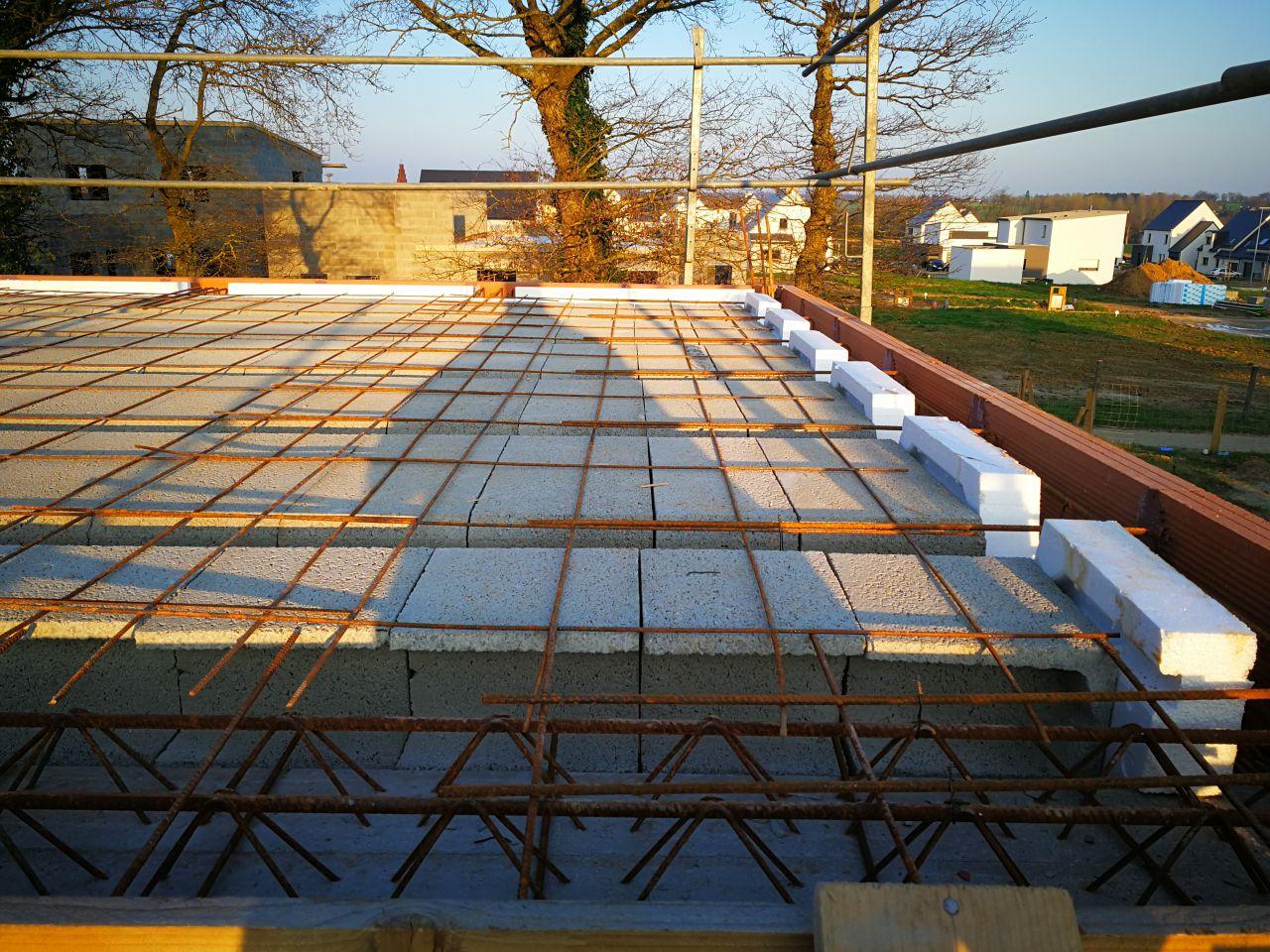 Préparation de la future dalle de l'étage / Rupteurs de ponts thermiques en place