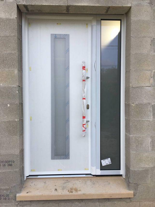 Porte d'entrée avec les protections