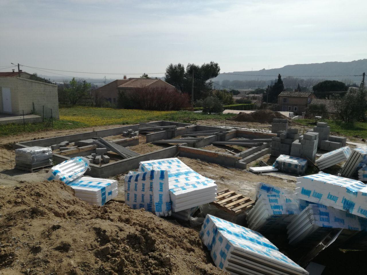 Début du montage du Vide sanitaire. Entre parenthèses, c'était le bazar sur le chantier...