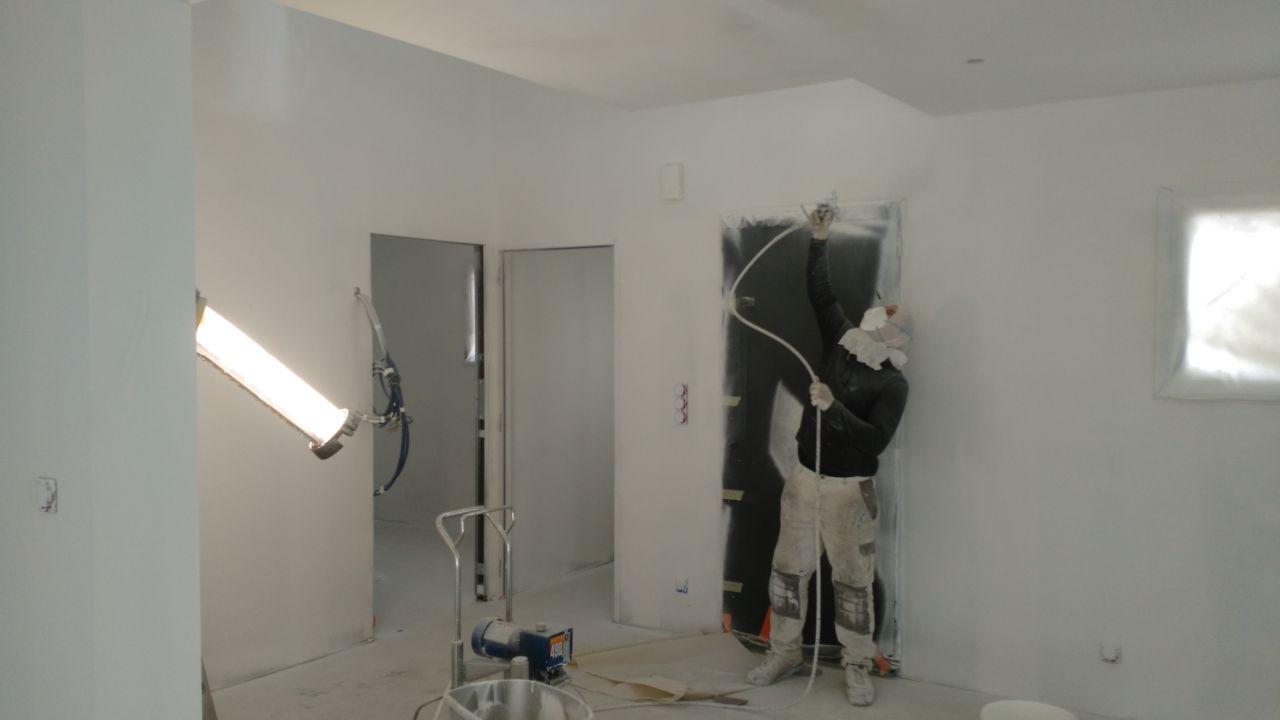 Peinture du plafond au pistolet