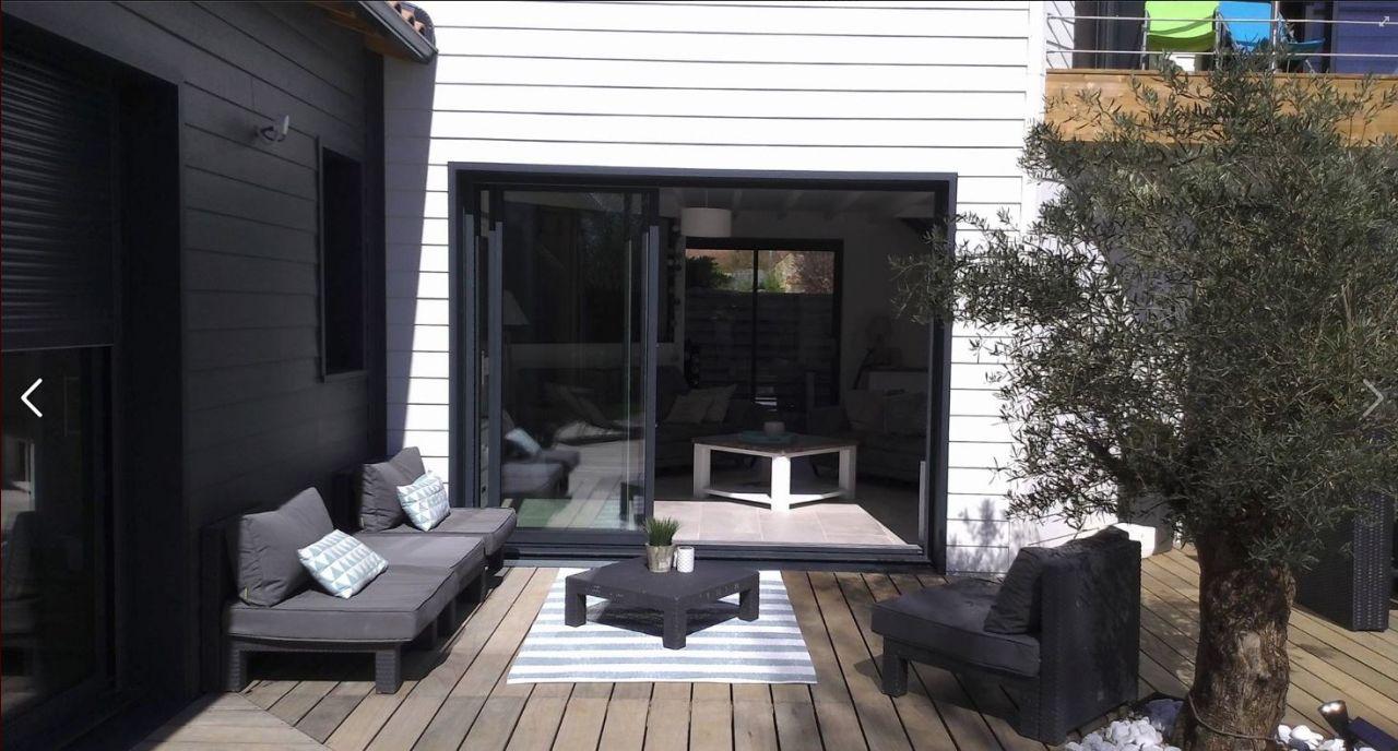 Terasse en padouck avec tapis extérieur (CASA) salon de jardin résine tressée.